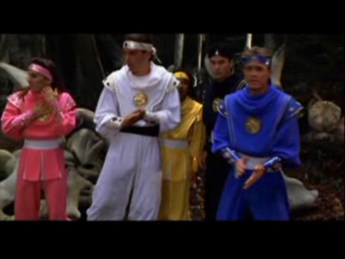 Amy Jo Johnson achtergrond possibly with a surcoat and a sign entitled Mighty Morphin Power Rangers: The Movie