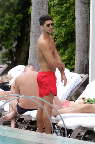 Model Miguel Iglesias Shirtless sa pamamagitan ng The Pool In Miami