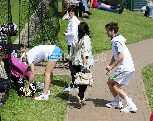 Murray looking at Lucie Safarova arsch