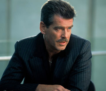 Pierce Brosnan karatasi la kupamba ukuta with a business suit called PIERCE BROSNAN IN THE MATADOR