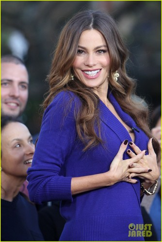 Sofia Vergara: 'Extra' Fashion toon at The Grove!