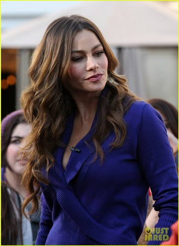 Sofia Vergara: 'Extra' Fashion tunjuk at The Grove!