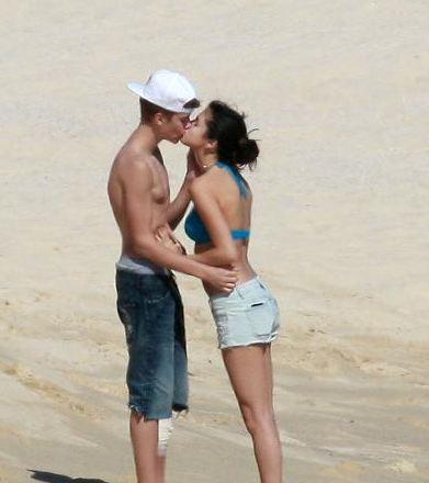 justin bieber & selena gomez kiss, Kiss in mexico!!