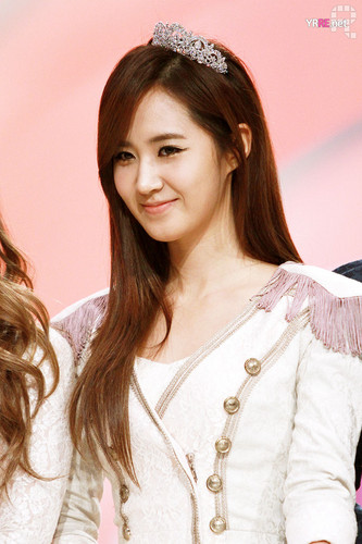 kwon Yuri fondo de pantalla containing a portrait entitled yuri