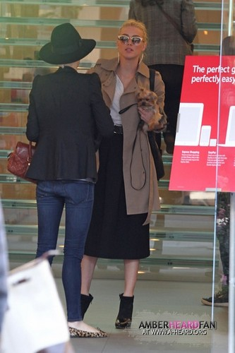 AT THE maçã, apple STORE WITH HER SISTER WITHNEY (DECEMBER 6TH)