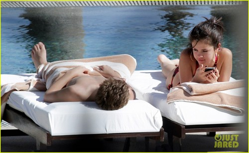 Justin Bieber und Selena Gomez Hintergrund with skin and a hot tub entitled Justin Bieber & Selena Gomez Cuddle in Cabo