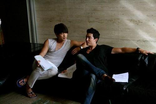 韓国ドラマ 壁紙 probably with a ソファー, ソファ titled Rain and Daniel Henney on the set of The Fugitive Plan B