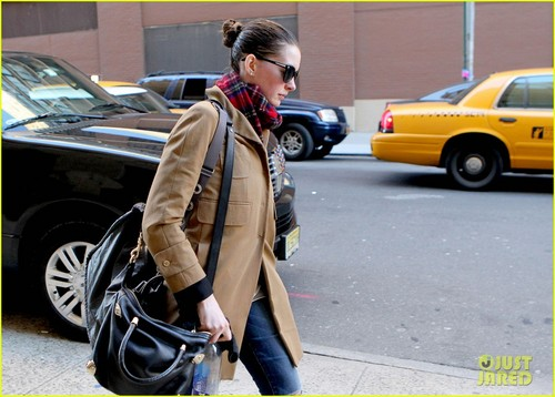 Anne Hathaway: Sunday Stroll with the Parents!