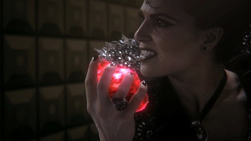 http://images5.fanpop.com/image/photos/27600000/Evil-Queen-Regina-Mills-1x07-The-Heart-is-a-Lonely-Hunter-the-evil-queen-regina-mills-27624234-500-281.jpg