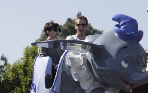 Ginnifer Goodwin & Josh Dallas in Disneyworld - once-upon-a-time Photo