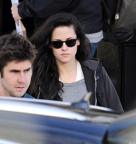 Kristen Stewart leaving the airport in ロンドン - December 13, 2011.