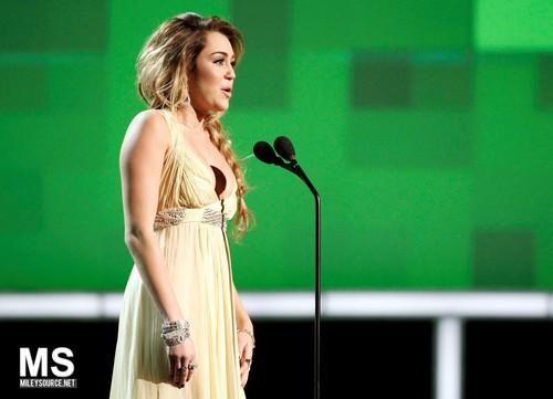 Miley Cyrus - 11/12 CNN Heroes: An All nyota Tribute - onyesha