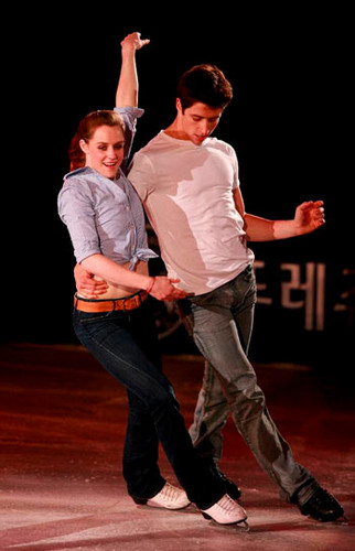 Tessa Virtue & Scott Moir wallpaper probably with a concert, a hip boot, and a pantleg called 2009