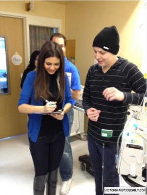 Victoria Justice fond d'écran probably containing a sign called At Children's Hospital of orange Country