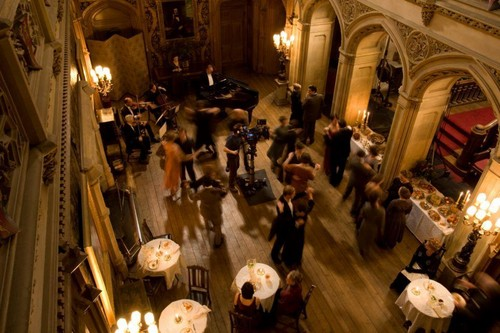 Downton Abbey 바탕화면 possibly containing a brasserie, a street, and a 읽기 room titled Behind the scenes at Christmas...