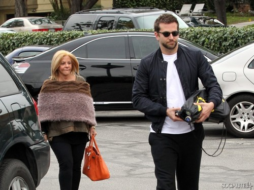 Bradley Cooper Plays 网球 With Mom