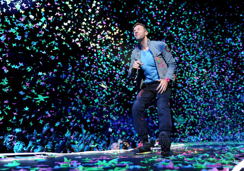 Coldplay karatasi la kupamba ukuta containing a business suit called On Stage: Under 1 Roof [December 10, 2011]