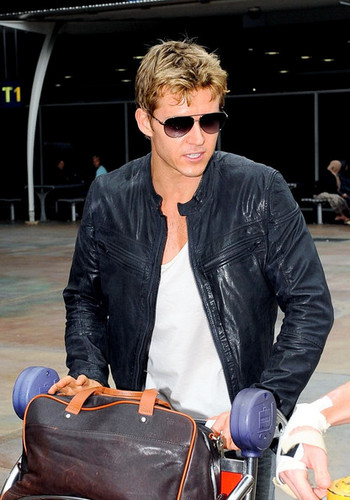 Ryan Kwanten Arrives Home