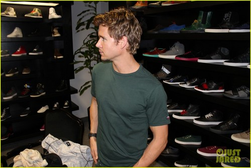 Ryan Kwanten: This overhemd, shirt Helps!