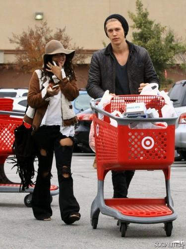 Vaness Hudgens And Austin Butler Магазин At Target