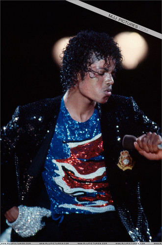 Michael Jackson concerts wallpaper probably with a sign called Victory Tour - MJJ