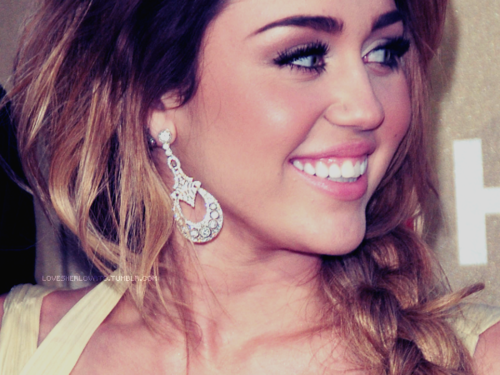 Miley Cyrus wallpaper with a portrait entitled <3 Miley Cyrus <3