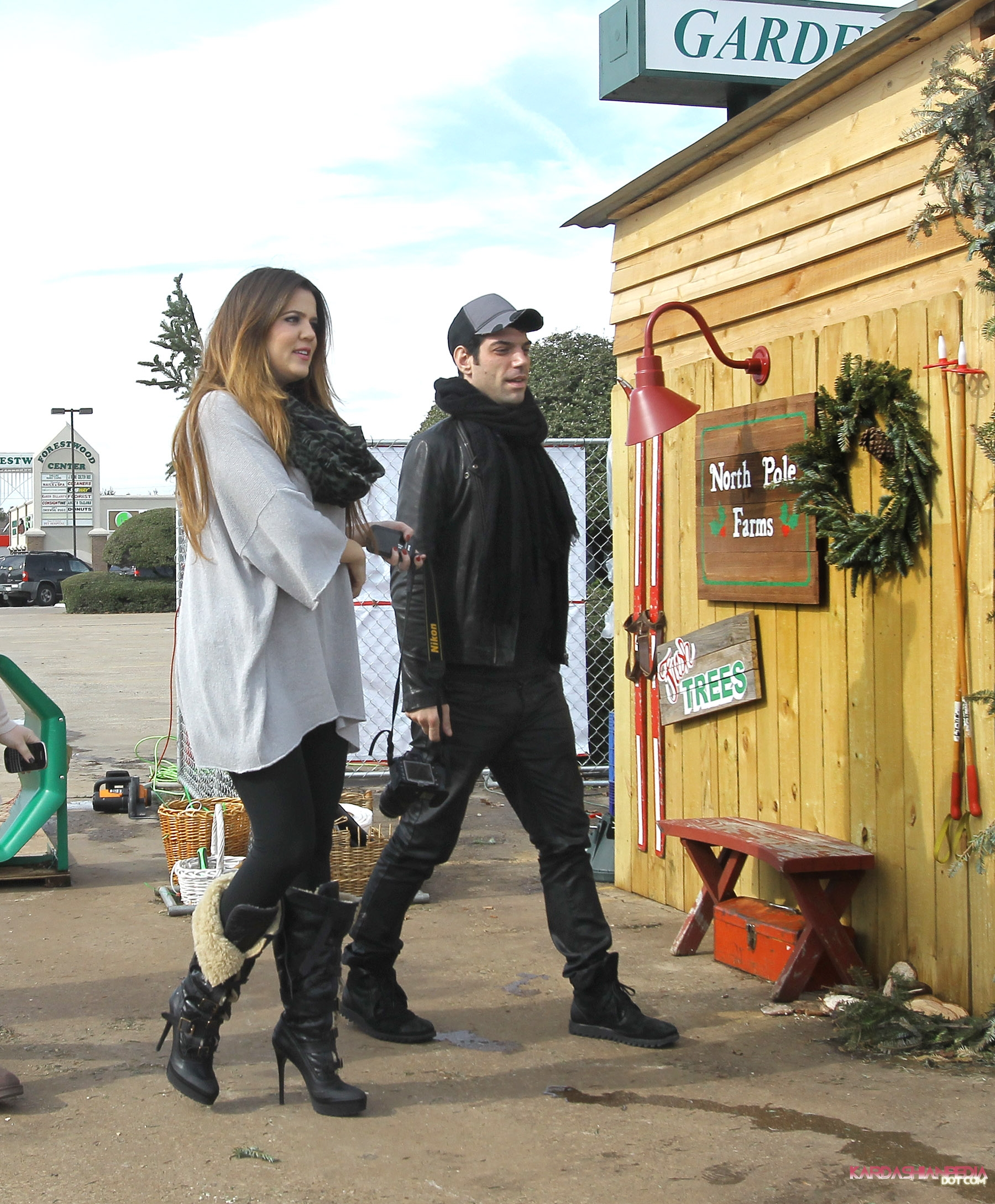 khloe kardashian images khloe gets a christmas tree at the north pole in dallas 20122011 hd wallpaper and background photos