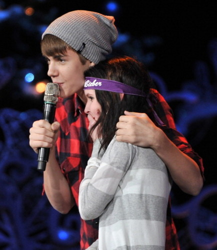 Bieber accueil for the Holidays and performs in concert