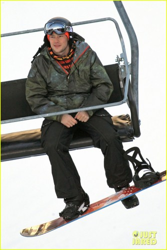 Cory Monteith wallpaper called Cory Monteith: Snowboarding in Vancouver!