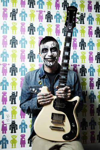 Frank Iero, for violão, guitarra World magazine.