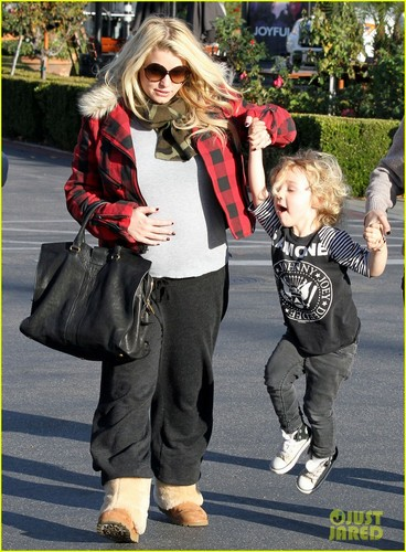 Jessica Simpson: araw Out With Mom Tina & Bronx!