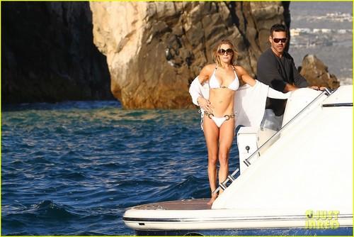 LeAnn Rimes: Bikini Babe on a ボート