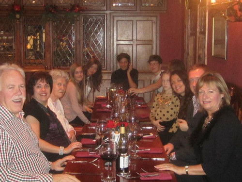 One Direction fond d'écran with a brasserie, a bistro, and a dîner table, tableau entitled louis with his family and eleanor at christmas :)