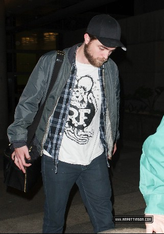 NEW PICS: Robert Pattinson Arriving At Los Angeles Airport (Dec. 28)