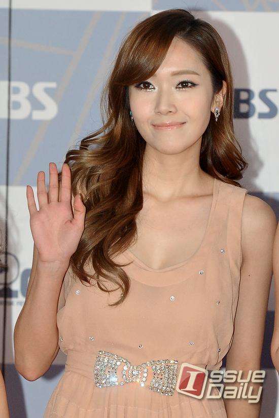 صور جسيكــــــا -Yoona-SBS-Gayo-Daejun-Red-Carpet-jung-sisters-27967717-550-825
