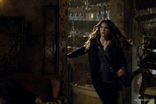 Shelley Hennig fondo de pantalla possibly with a hip boot, a well dressed person, and a calle titled 1x10 - Darkness