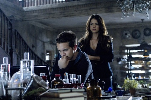 Shelley Hennig fondo de pantalla with a cena mesa, tabla called 1x10 - Darkness