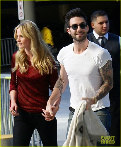 Adam Levine & Anne V: 크리스마스 with the Lakers!