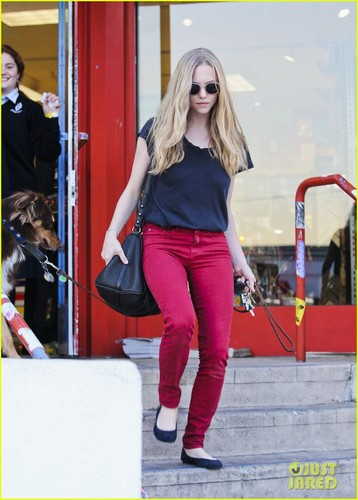 Amanda Seyfried: Art Supplies Shopping Stop!