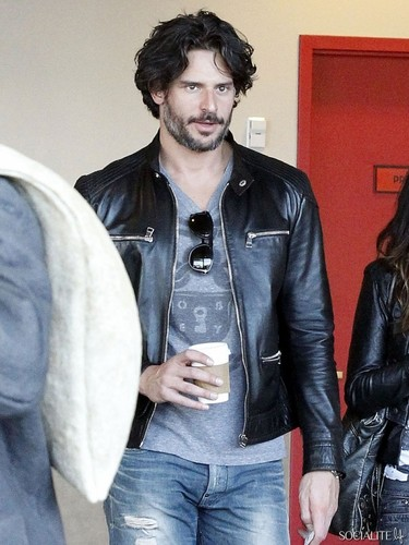 Joe Manganiello Has A 日付 At The 映画