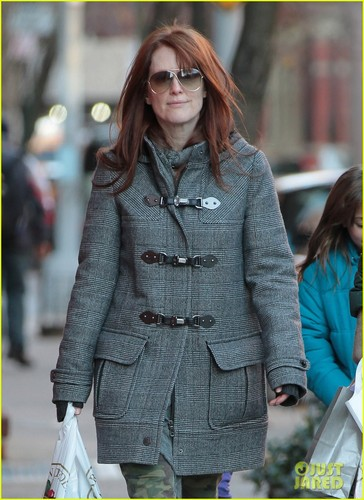 Julianne Moore: Post-Christmas Grocery Shopping
