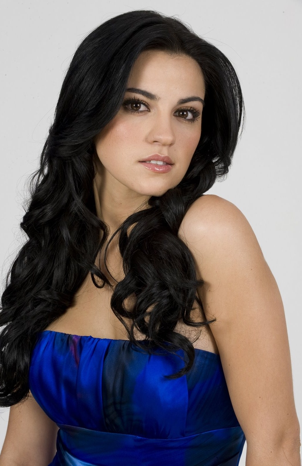 Tips: Maite Perroni, 2017s chic hair style of the cool mysterious  actress