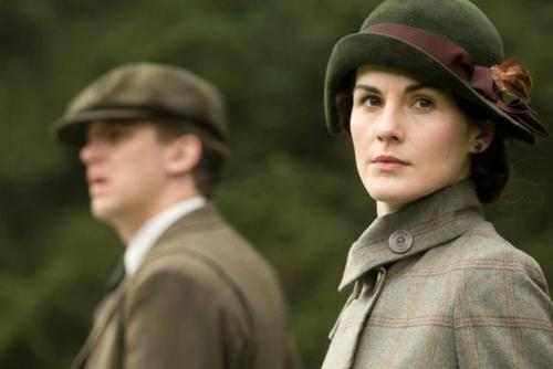 Downton Abbey kertas dinding with dress blues, a full dress uniform, tongam resimen, and tongam resimen, regimentals called Mary & Matthew