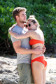 Miley - 29. December - On a ビーチ with Liam Hemsworth in Hawaii