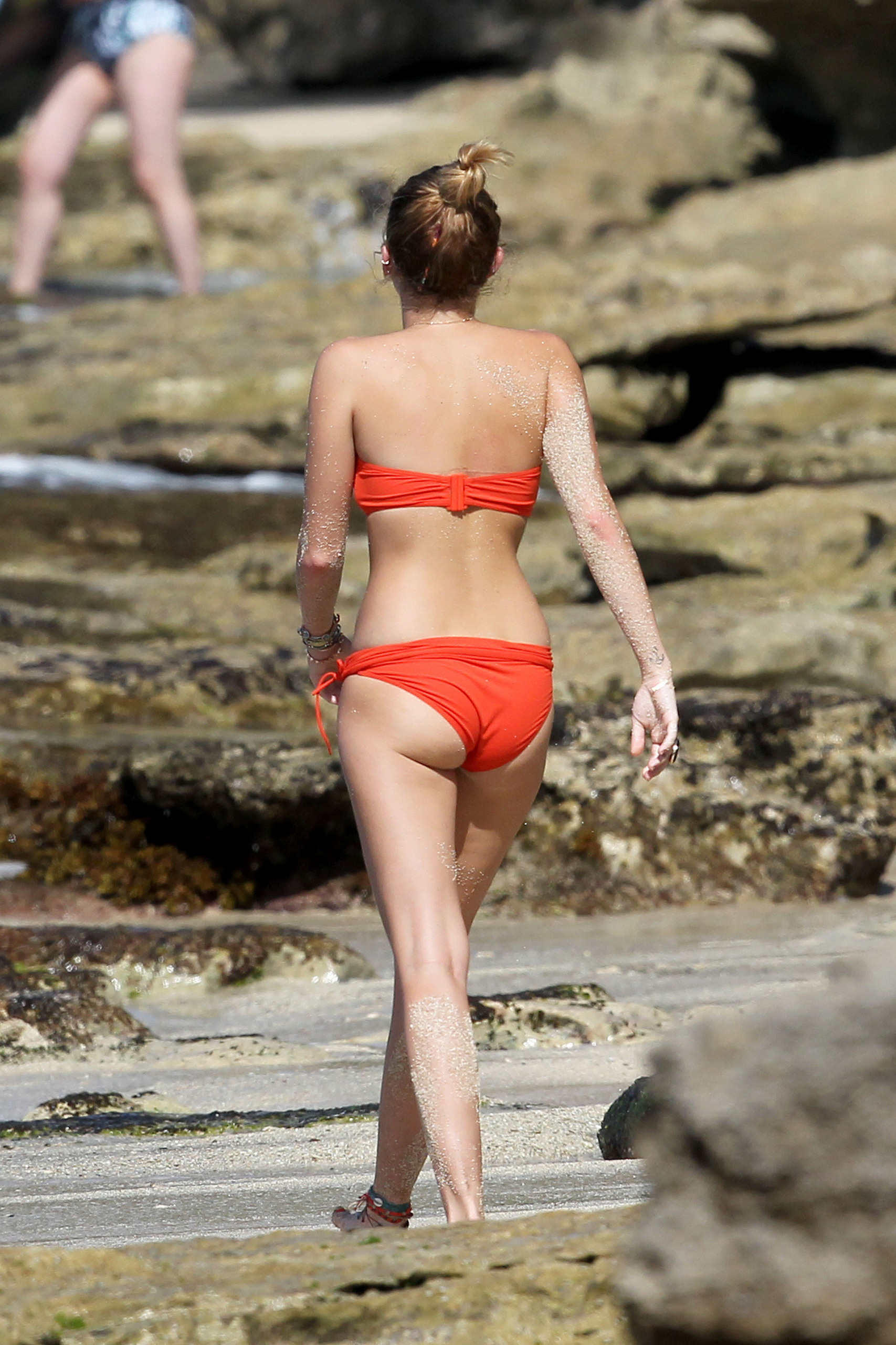Miley - 29. December - On a bờ biển, bãi biển with Liam Hemsworth in Hawaii