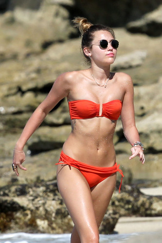 Miley - 29. December - On a beach, pwani with Liam Hemsworth in Hawaii