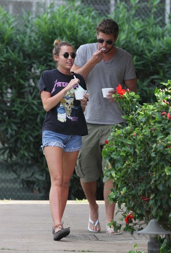 Miley And Liam Grabbing Ice Cream In Hawaii -30thDecember