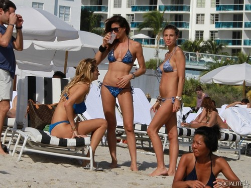 Model Bikini Hot
