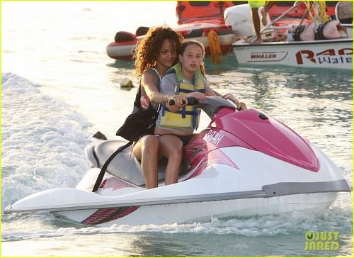 Rihanna: Bikini for বড়দিন Vacation!