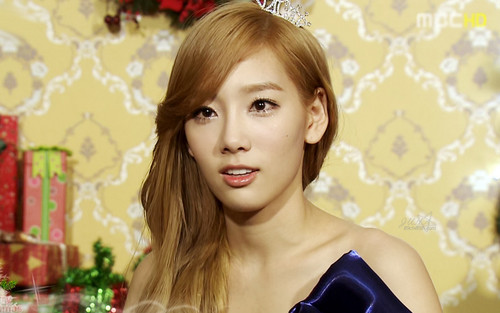 S♥NEISM wallpaper containing a portrait entitled taeyeon SNSD Christmas Fairy Tale Captures